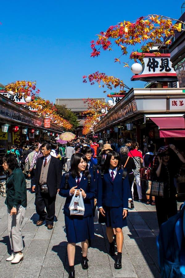 Folkmassor av turister på Nakamise-dori