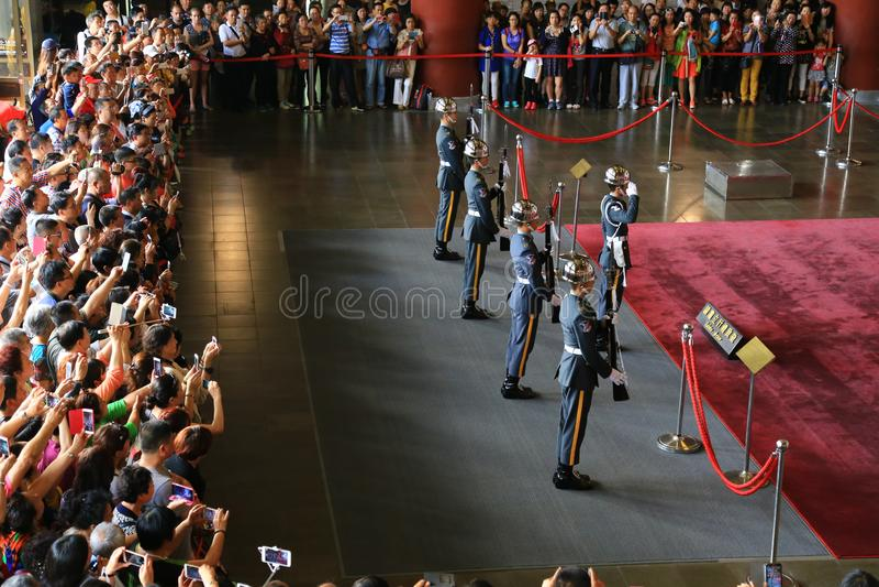 Folkmassor av turister som håller ögonen på att ändra av vakten Ceremony royaltyfria bilder