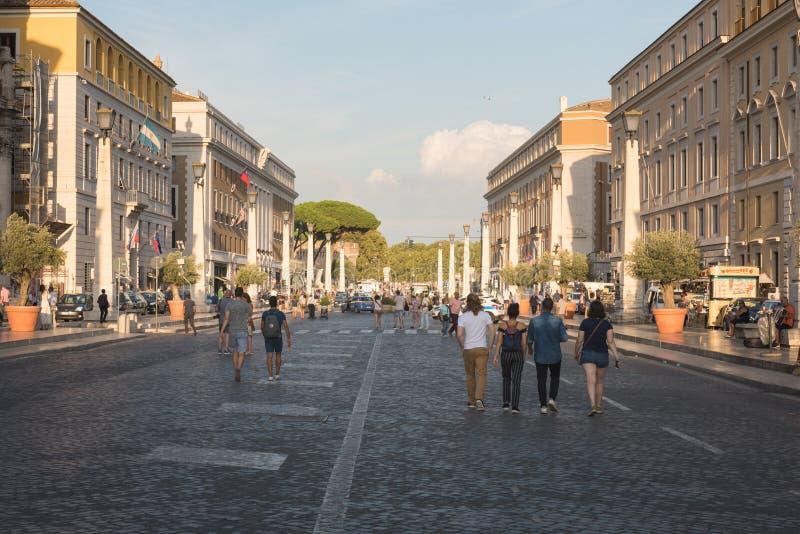 Folkmassor av turister som waliking nära Stets Peter fyrkant i Vaticanen arkivbilder