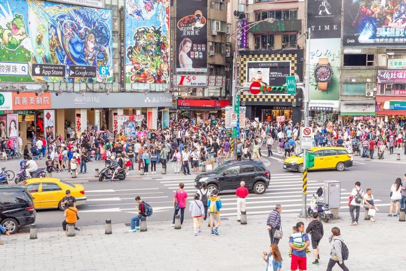 Folkmassor i det Ximending området, Taipei royaltyfria bilder