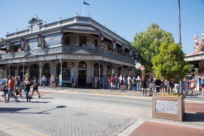 Folkmassor i historiska i stadens centrum Fremantle arkivbild