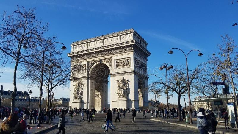 Folkmassor på Arc de Triomphe fotografering för bildbyråer