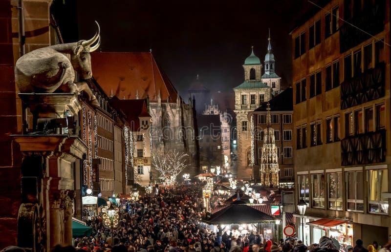 Folkmassor på den Nuremberg julmarknaden arkivbild