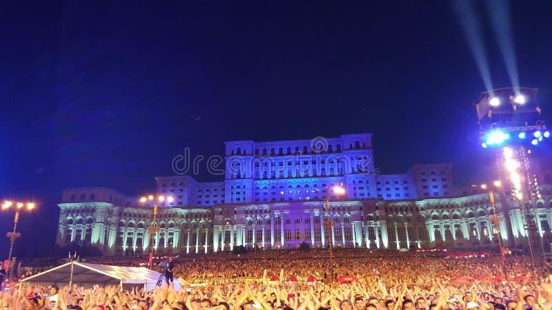 Folkmassor på konserten, parlamenthus, Bucharest, Rumänien arkivfoto