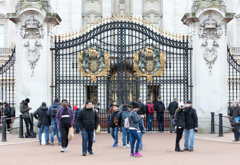 Folkmassor samlar utanför Buckingham Palace för att hålla ögonen på ändra av vaktceremonin arkivfoto