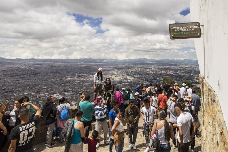 Folkmassor som tycker om sikten från en överkant av Monserrate fotografering för bildbyråer