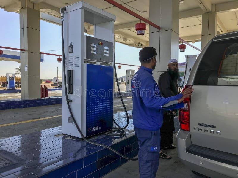 Folkpåfyllningbensin på den Al Idrees bensinstationen bredvid den Makkah-Taif huvudvägen i Makkah, Saudiarabien arkivbild