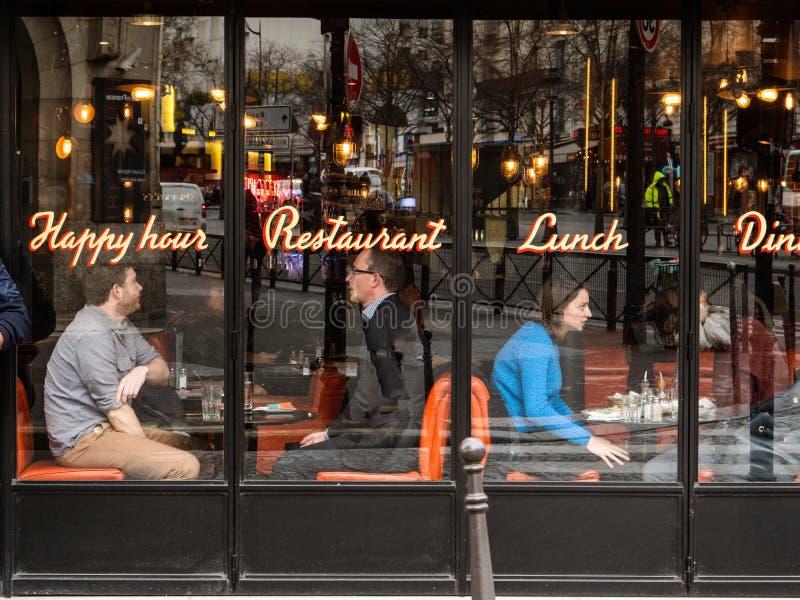 Folkpar som har lunch i centralt Paris kaféexponeringsglas arkivfoton