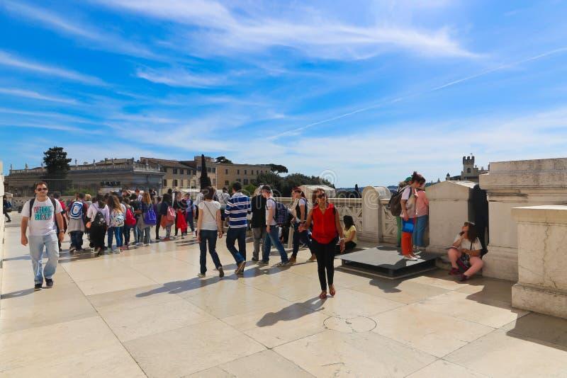 Folkpromenad på Rome Italien royaltyfria foton