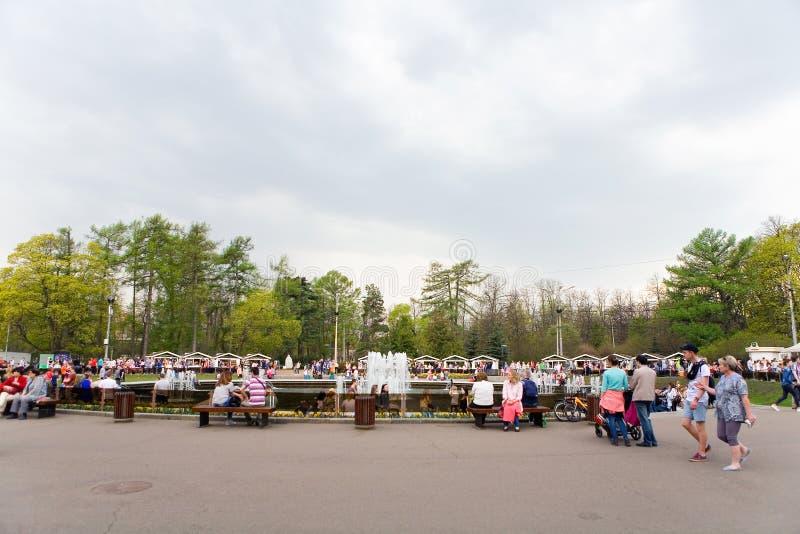 Folkpromenaden i Sokolnikien parkerar royaltyfri fotografi