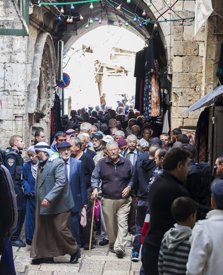 Folkretur från fredagsbön israel jerusalem arkivfoto
