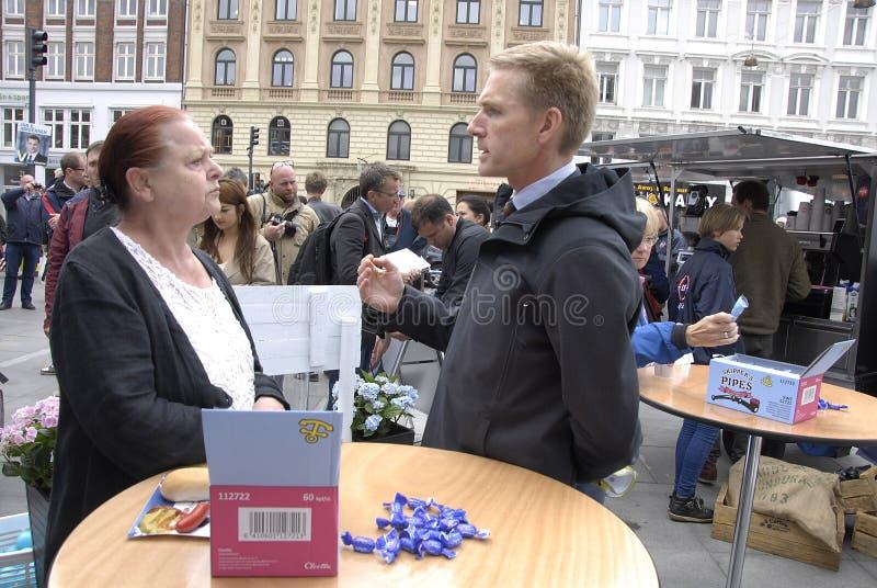FOLKS FÖR DF _DANISH PARTI PÅ ECLTION COMPAIGN arkivfoto