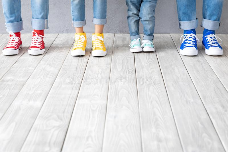 Folks fot i färgrika gymnastikskor arkivfoto