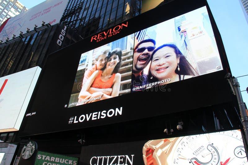 Folks selfies som exponerar på stort festtält, Times Square, NYC, 2015 arkivfoto
