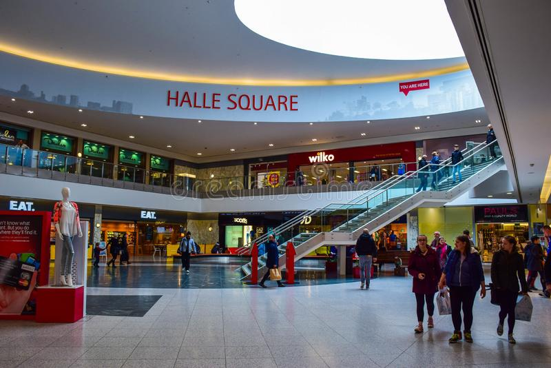 Folkshopping på shoppinggalleria royaltyfria foton