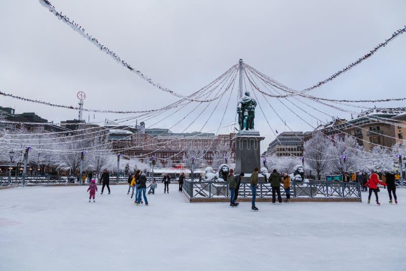 Folkskridskoåkningen på KungsträdgÃ¥rdenen parkerar i mitt av staden på en vinterdag arkivfoton