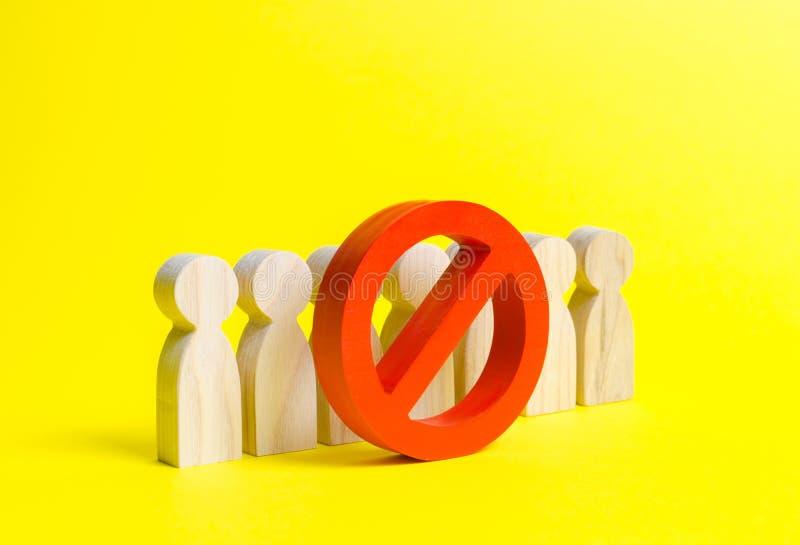 Folkstatyetter står bak det rött INGET symbol på en gul bakgrund Begreppet av ett förbud på uttryckt av andra åsikter arkivbilder
