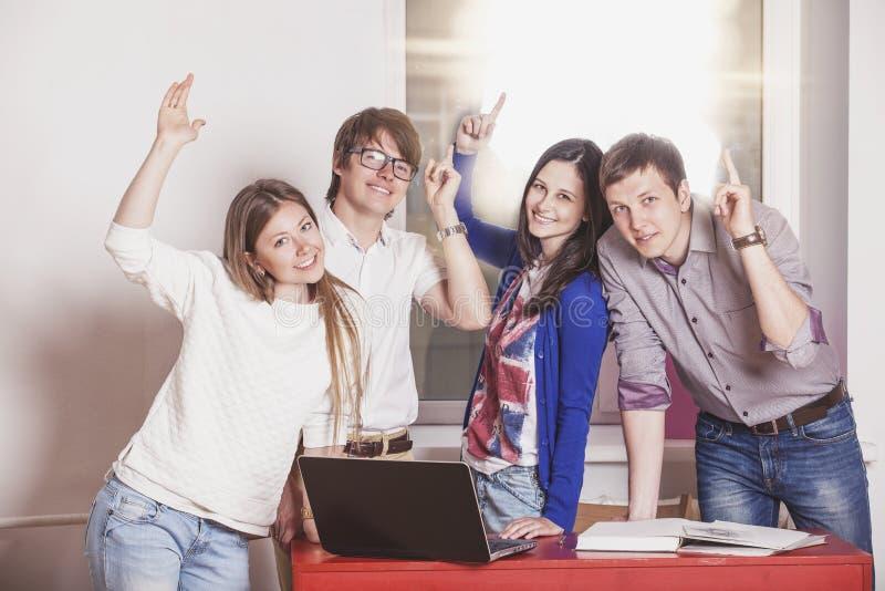 Folkvänner som hemma arbetar på tabellen arkivfoton