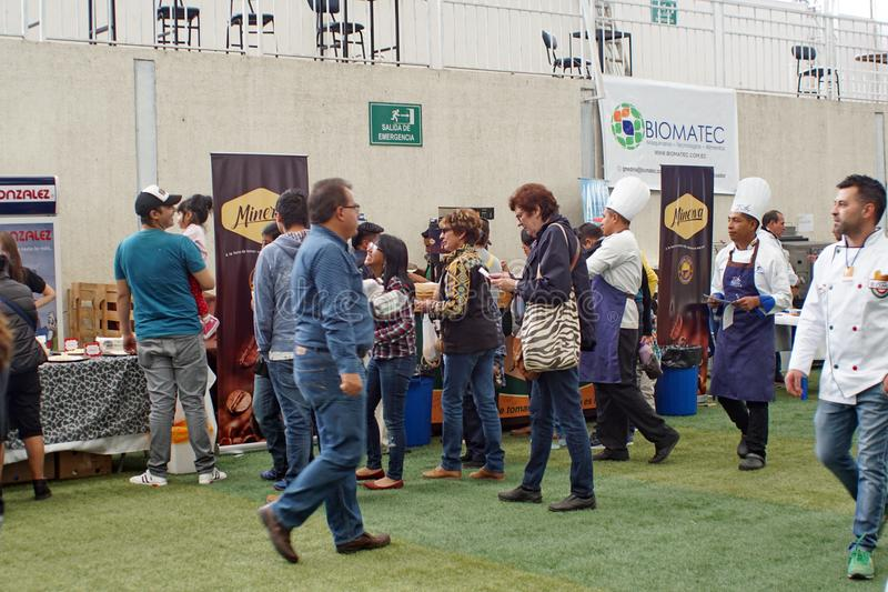 Folla ad un festival del formaggio immagine stock