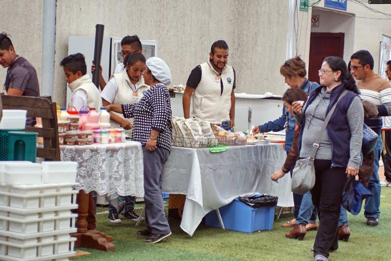 Folla ad un festival del formaggio immagini stock