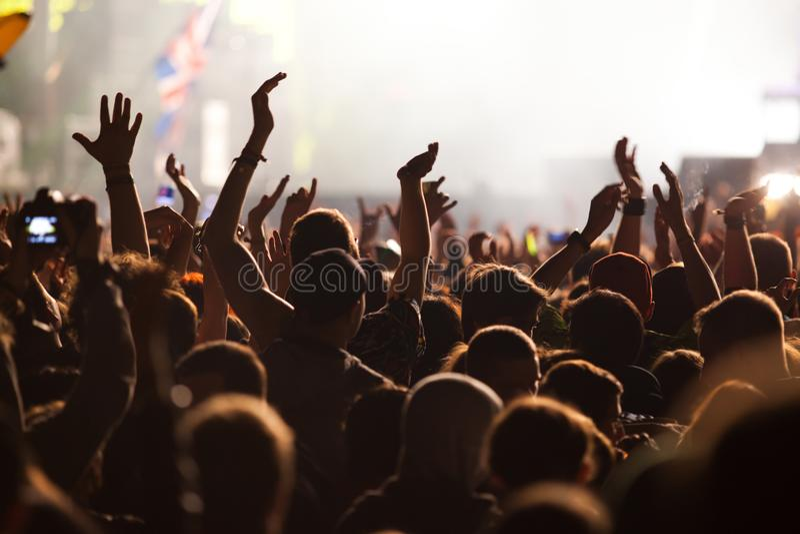 folla al concerto - festival di musica di estate fotografia stock libera da diritti