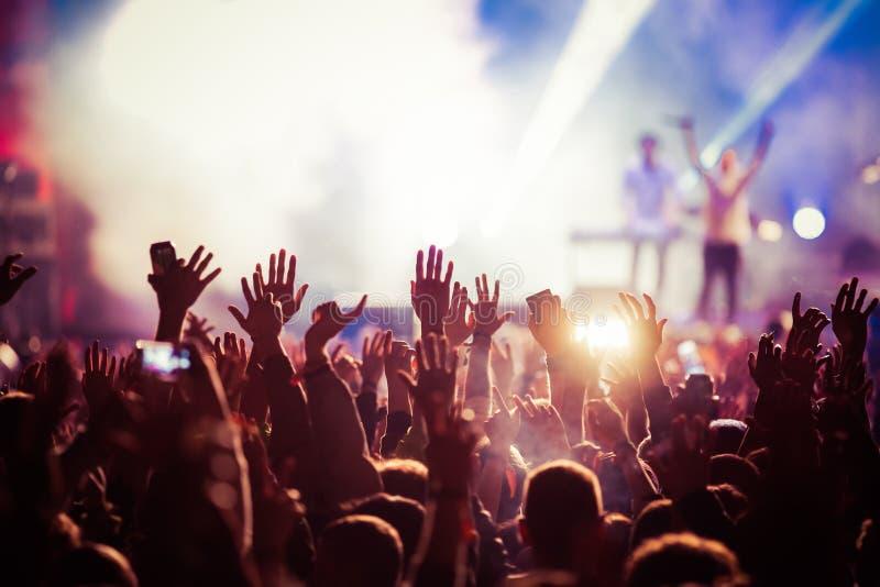 folla al concerto - festival di musica di estate immagini stock libere da diritti
