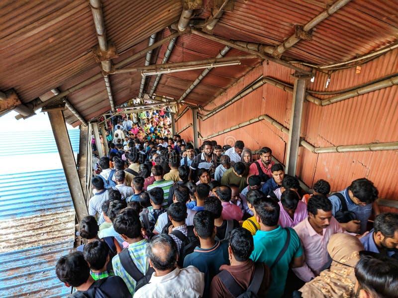 Folla alla stazione locale di Mumbai fotografia stock