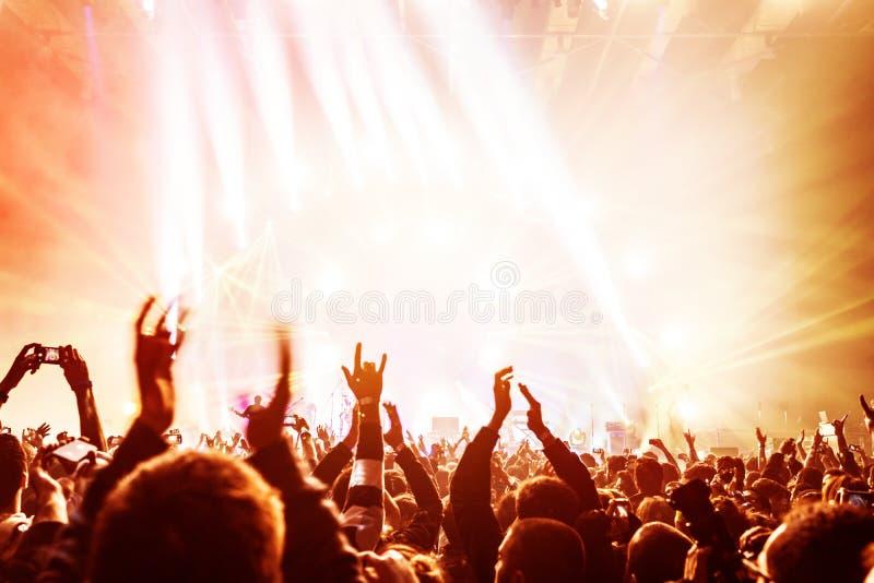 Folla che gode del concerto fotografia stock