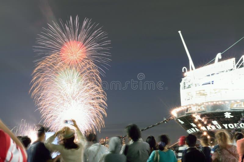Folla che gode del festival giapponese dei fuochi d'artificio di estate immagine stock