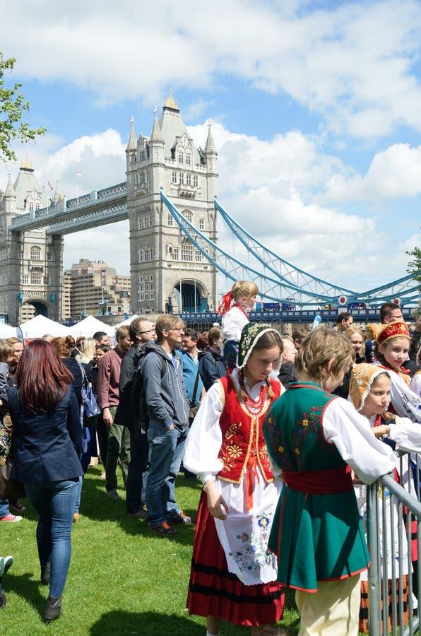 Folla che gode del giorno polacco vicino al ponte della torre immagine stock