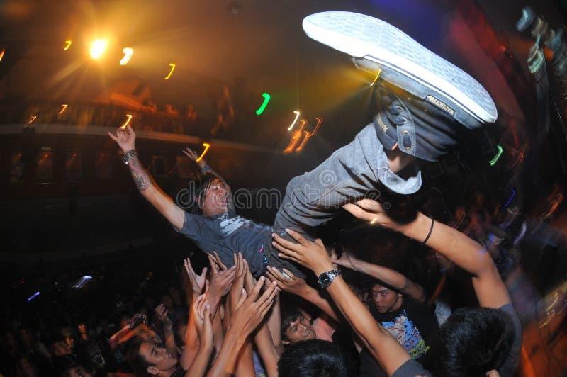 Folla che pratica il surfing al giro di MacbethxCrooz in Bali, Indonesia fotografia stock libera da diritti