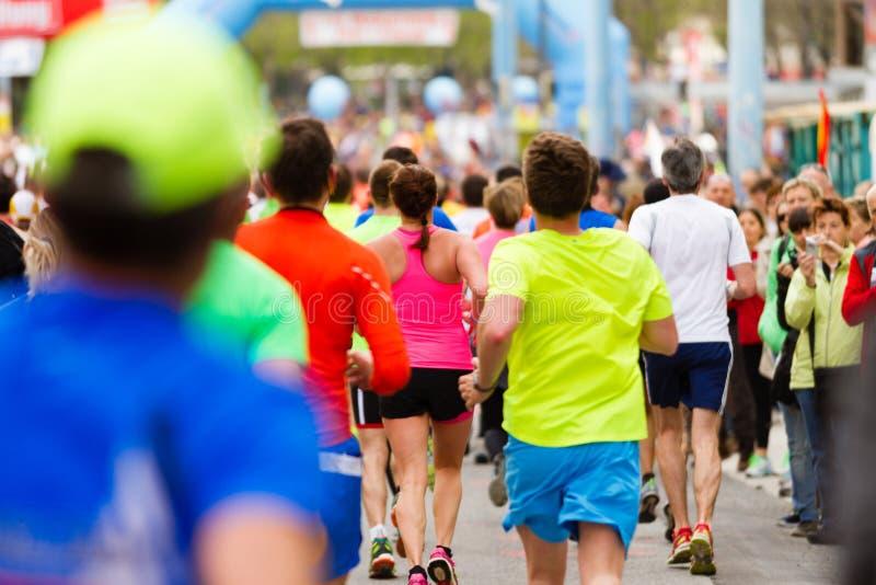 Folla corrente alla maratona fotografia stock libera da diritti