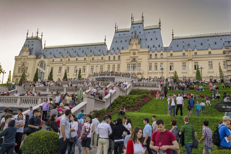 Folla davanti al palazzo di coltura immagini stock libere da diritti