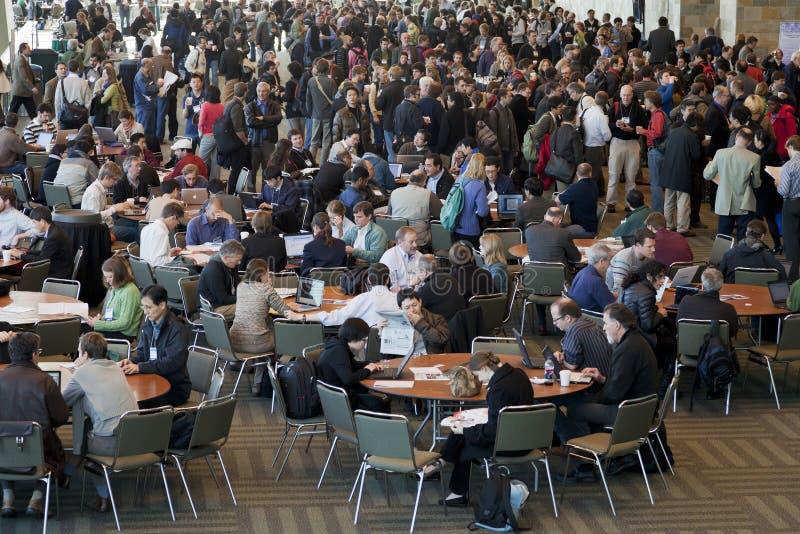 Folla degli scienziati all'intervallo per il caffè immagini stock