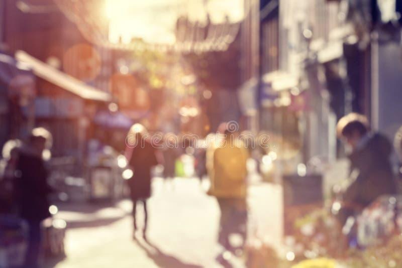 Folla dei clienti che camminano e che comperano su una via principale fotografia stock libera da diritti