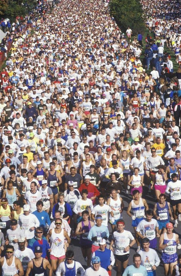 Folla dei corridori nella maratona da sopra immagini stock