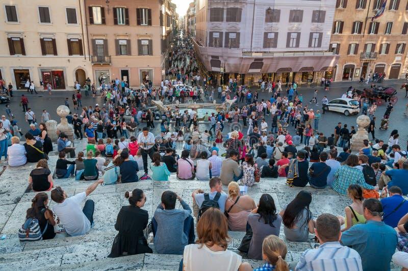Folla dei turisti che si siedono sul punto di riferimento popolare di Roma di punti spagnoli immagini stock