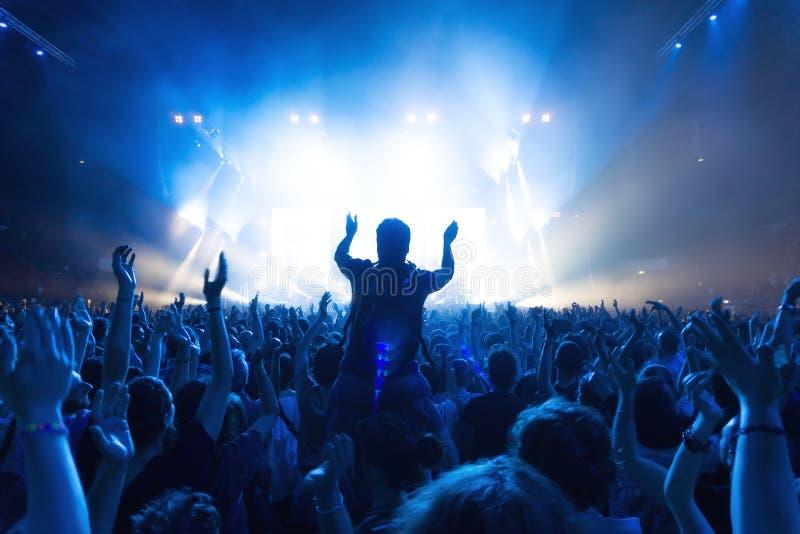 Folla della gente al concerto di musica davanti alla fase fotografie stock