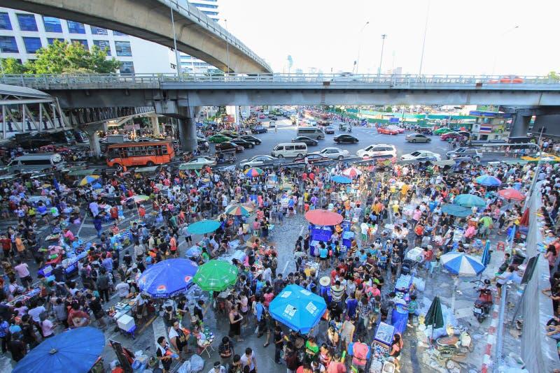Folla della gente che celebra capodanno tailandese alla stazione dello skytrain a Bangkok immagine stock