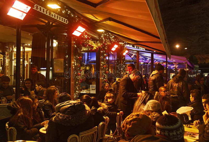 Folla della gente su un terrazzo francese