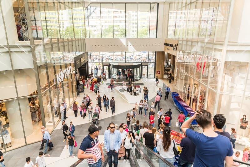 Folla della gente sulle scale mobili nel centro commerciale di lusso immagini stock libere da diritti