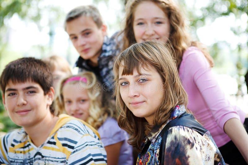 Folla di anni dell'adolescenza fotografie stock