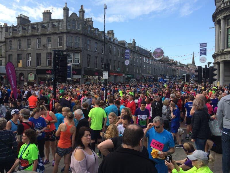 Folla di mezza maratona di funzionamento di grande di Aberdeen fotografia stock