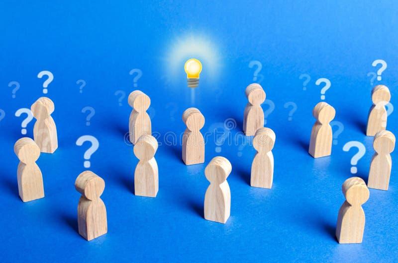 Folla di persone con punti interrogativi e una persona con un'idea Sconfiggere tutti i dubbi sulla speculazione Leadership e gene immagine stock