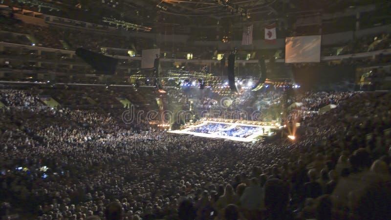 Folla fuori venduta per il concerto di Barbara Streisand immagini stock