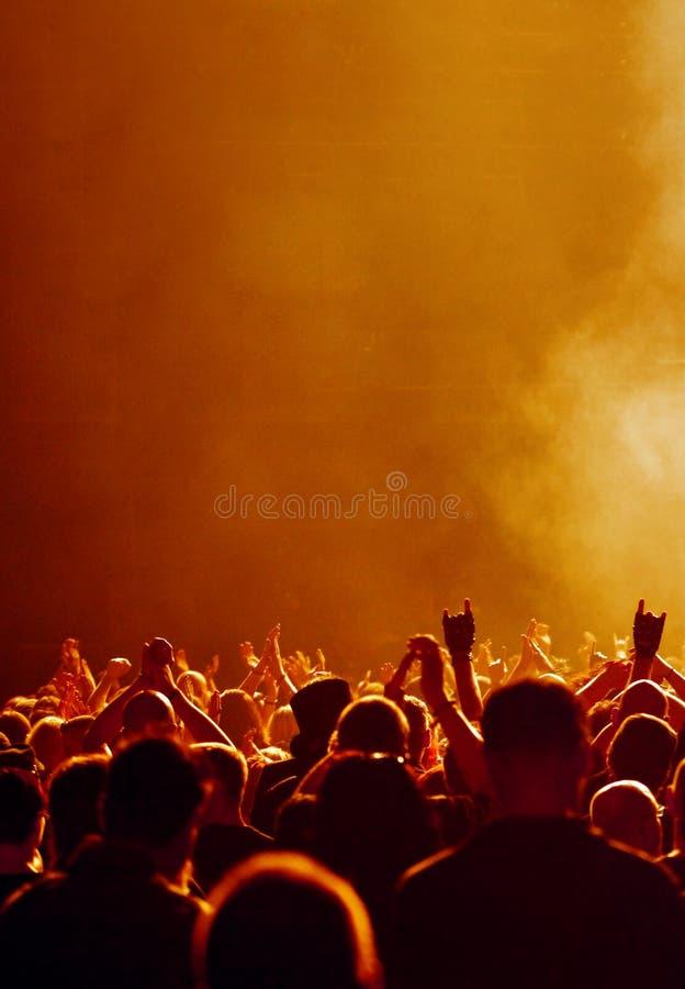 Folla gialla al concerto immagine stock libera da diritti