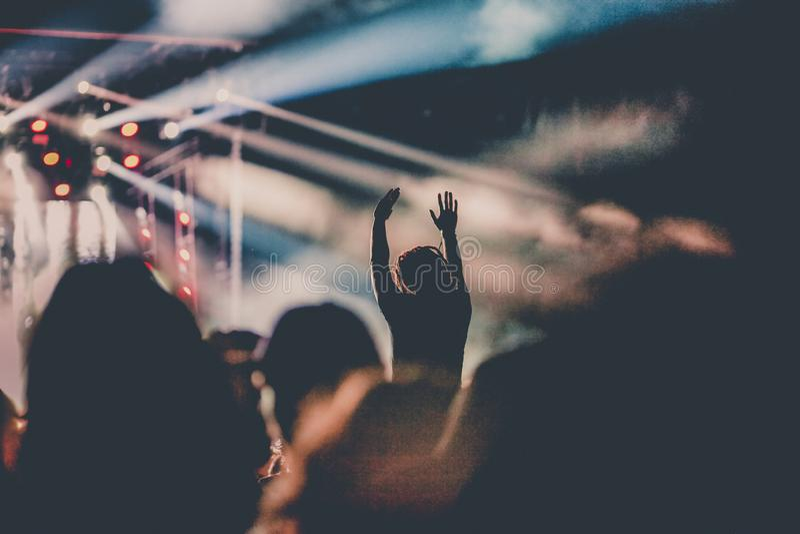 folla incoraggiante con le mani sollevate al concerto - festival di musica fotografie stock libere da diritti