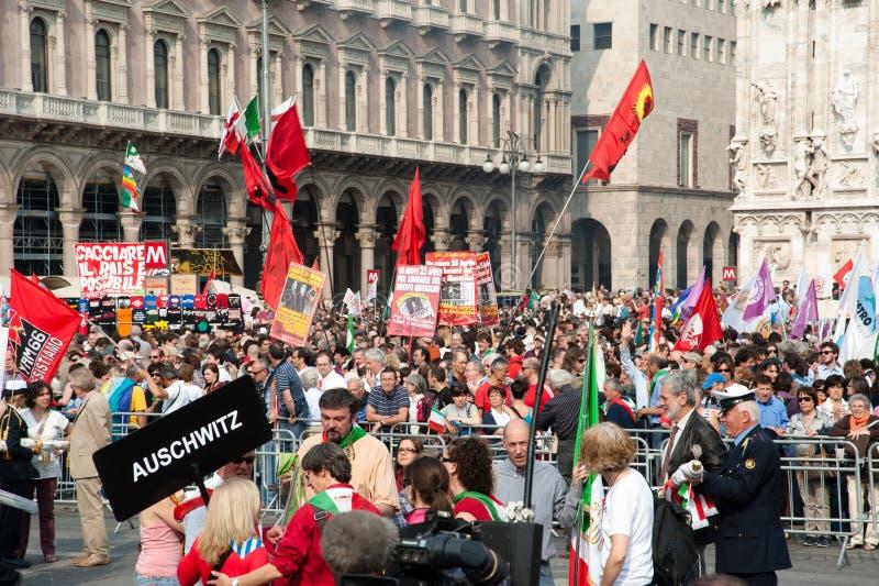 Folla a Milano in giorno di liberazione fotografia stock libera da diritti