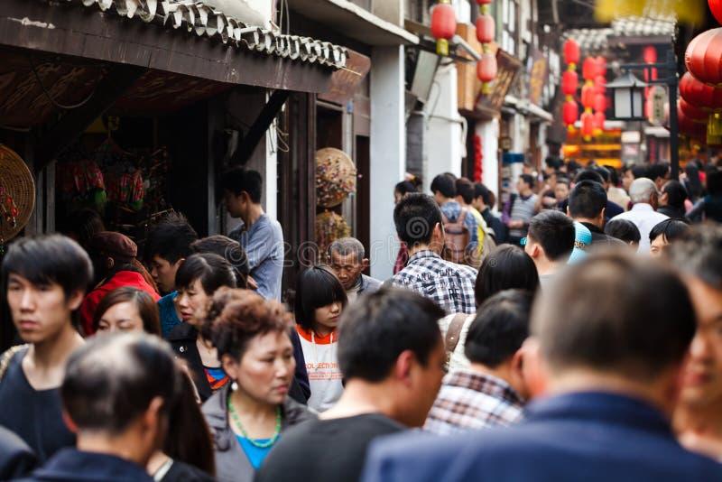 Folla nella città antica di Ciqikou, Cina fotografia stock libera da diritti