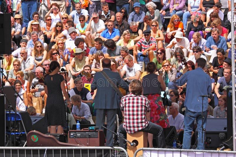 Folla Sunlit di festival del porto immagine stock libera da diritti